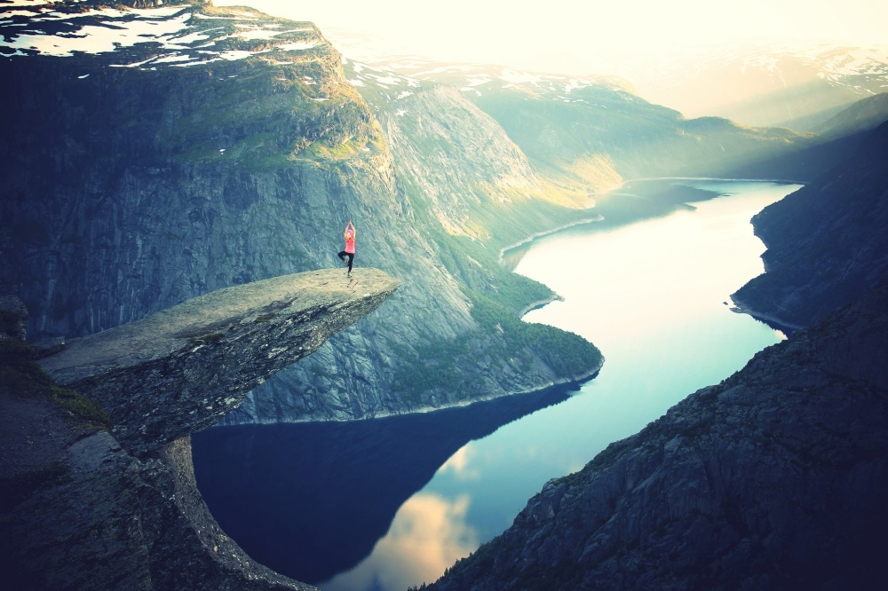 women-doing-yoga-overlooking-the-fjord-in-trolltunga-norway